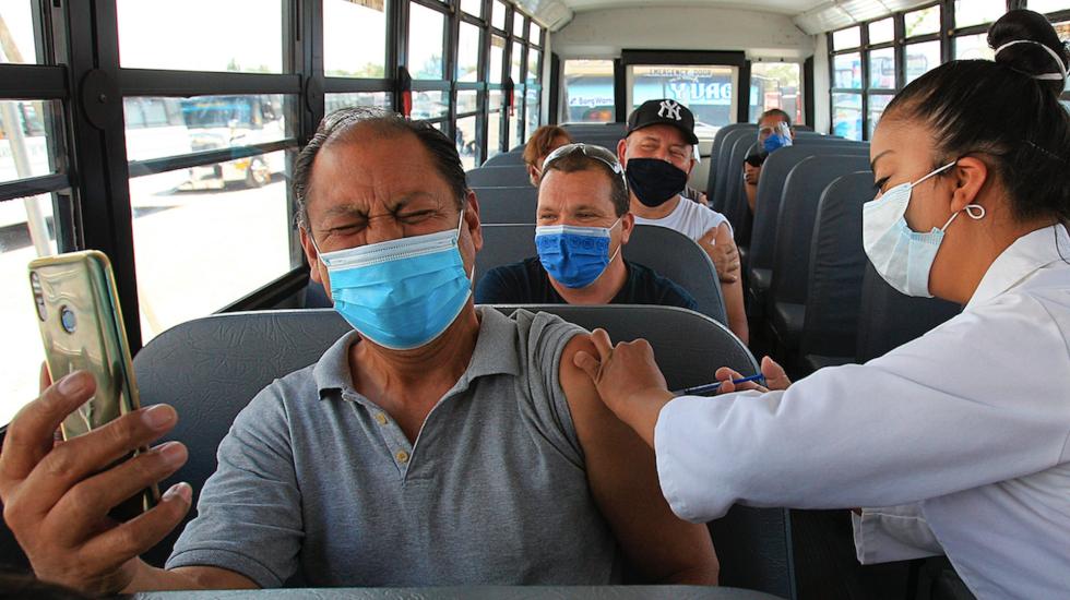 Vacunan a trabajadores de maquiladoras en Ciudad Juárez - Vacunan a trabajadores de maquiladoras en Ciudad Juárez. Foto de EFE