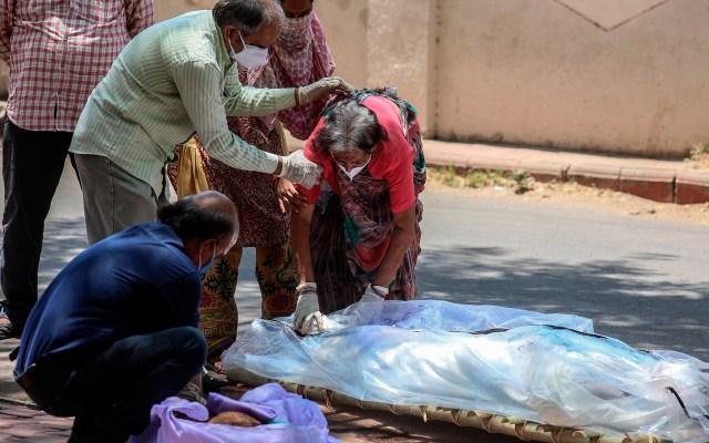 India bate nuevo récord de muertes por COVID-19; alcanza los 254 mil - Víctima mortal por COVID-19 en India. Foto de EFE