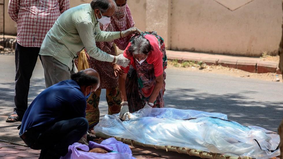 """Declaran regiones de India epidemia por """"hongo negro"""" en casos de COVID-19 - Víctima mortal por COVID-19 en India. Foto de EFE"""