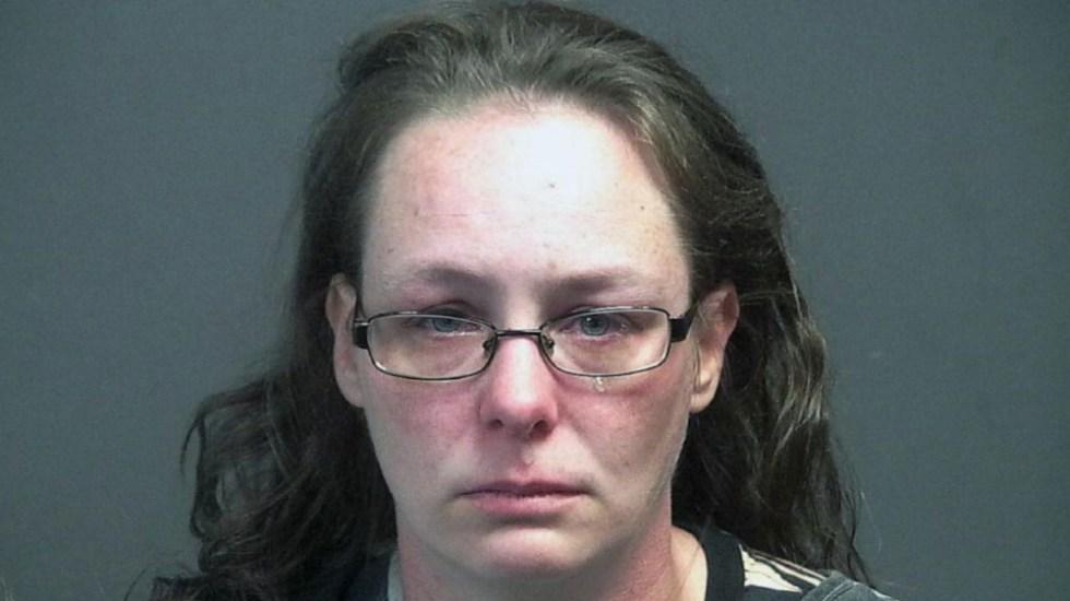 Detienen a mujer por conducir imprudentemente en centro de vacunación - Virginia Christine Lewis Brown mujer carpa vacunación EEUU