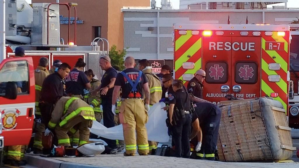 Al menos cuatro muertos y un herido por caída de globo aerostático en Albuquerque - Al menos cuatro muertos y un herido por caída de globo aerostático en Albuquerque. Foto de @adolpheabq para Albuquerque Journal