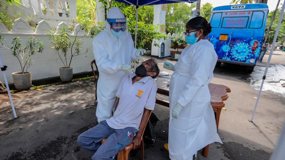 Variante Delta se extiende por el mundo y alarma por su capacidad de contagio - Aplicación de prueba COVID-19 en Sri Lanka. Foto de EFE