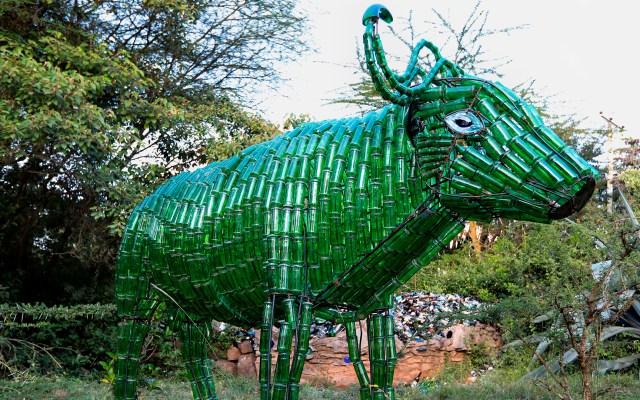 Arte en Kenia con botellas de vidrio recicladas - Un equipo de sopladores de vidrio dirigido por el fundador de Kitengela Hot Glass, el artista de vidrio de origen británico Anselm Croze, crea objetos como candelabros, muebles, paneles, murales, arte y cuentas a partir de materiales de desecho de vidrio reciclado. Según la empresa, derriten 150 kg de vidrio viejo al día para transformar el vidrio reciclado en artículos útiles y decorativos. Foto de EFE