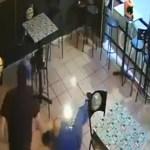 #Video Sujetos armados disparan a clientes en bar de Morelos; uno murió