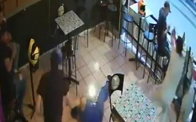 #Video Sujetos armados disparan a clientes en bar de Morelos; uno murió - Ataque a clientes en bar de Morelos. Captura de pantalla
