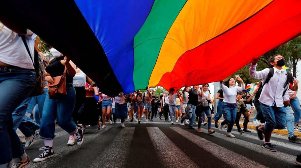 Los avances y retos de la comunidad LGBT en México en esta fiesta del Orgullo - Bandera gay durante marcha del orgullo LGBT en Jalisco. Foto de EFE