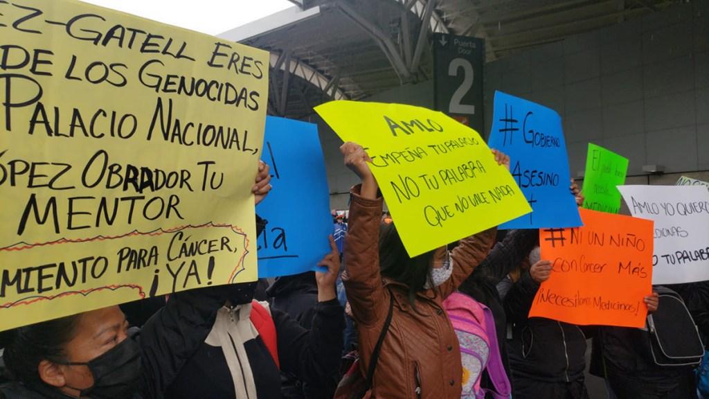 Padres de niños con cáncer denuncian ante FGR a Hugo López-Gatell - Bloqueo de padres de niños con cáncer en AICM. Foto de Alexis Ortiz / La-Lista