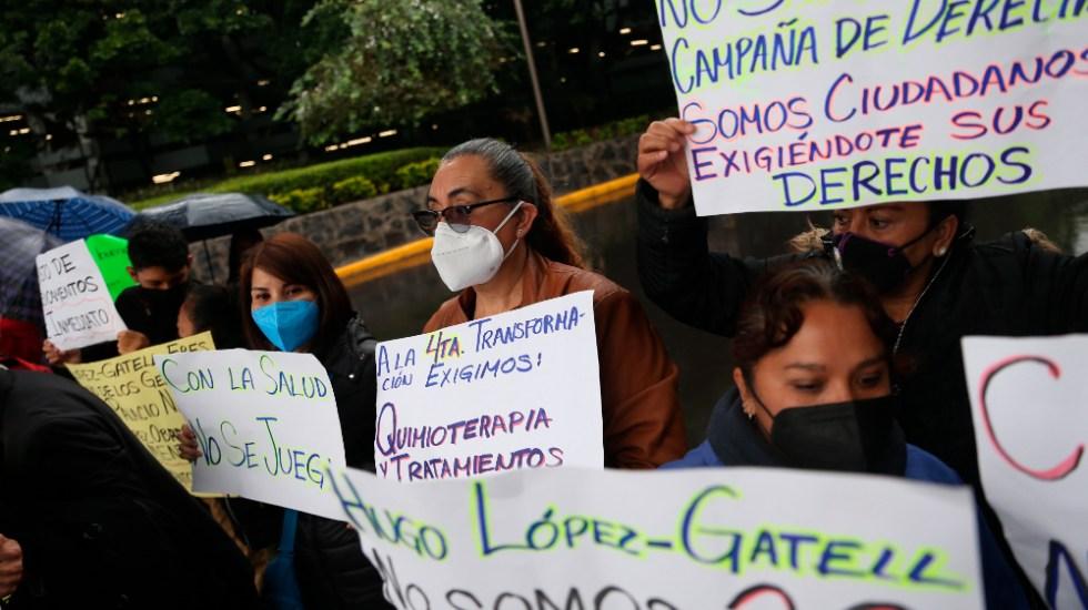 Padres de niños con cáncer alistan Marcha Nacional para exigir abasto de medicamentos - Bloqueo padres niños cáncer Circuito Interior Aeropuerto AICM