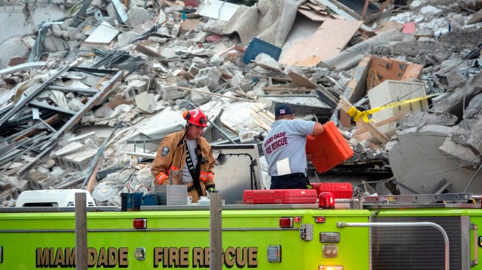 Hallan otros cuatro cuerpos en edificio de Miami; suman 32 muertos - Bomberos de Miami en zona de derrumbe de edificio. Foto de EFE