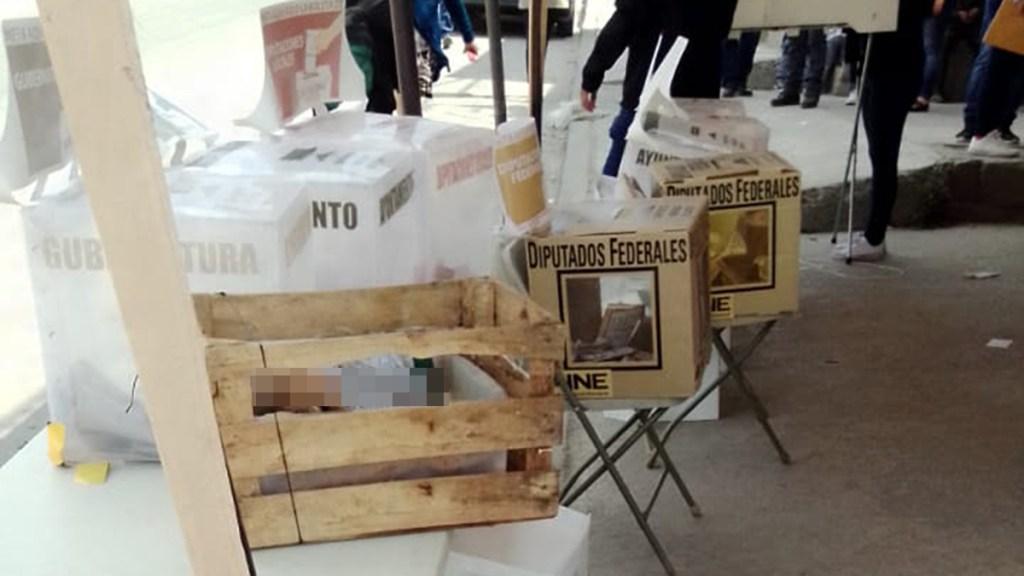 Arrojan cabezas humanas en casillas electorales de Tijuana - Cabeza y manos humanas en mesa de votación en Tijuana. Foto de @_Jose_Huerta