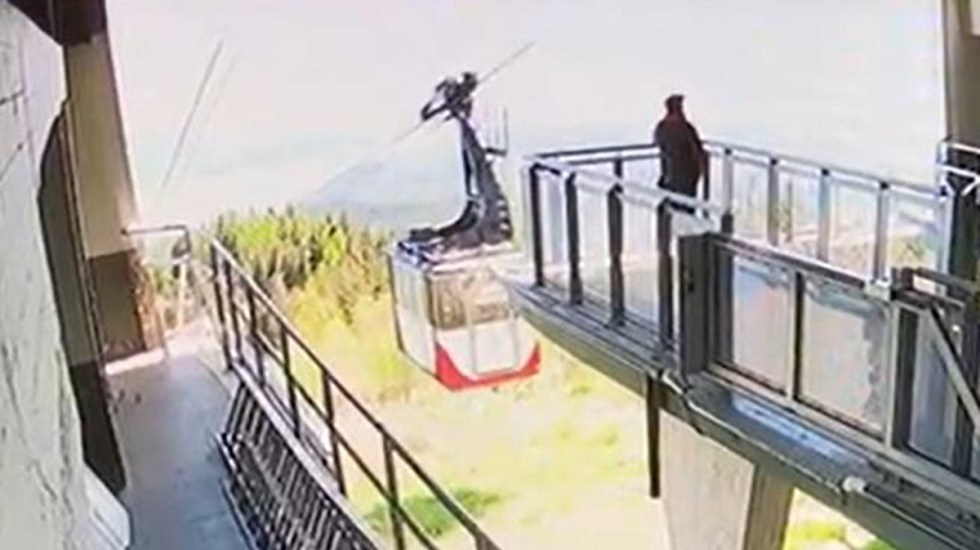 Revelan videos de la caída de teleférico en Italia que dejó 14 muertos - Cabina de teleférico en Italia previo a caída al vacío. Foto de Corriere della Sera