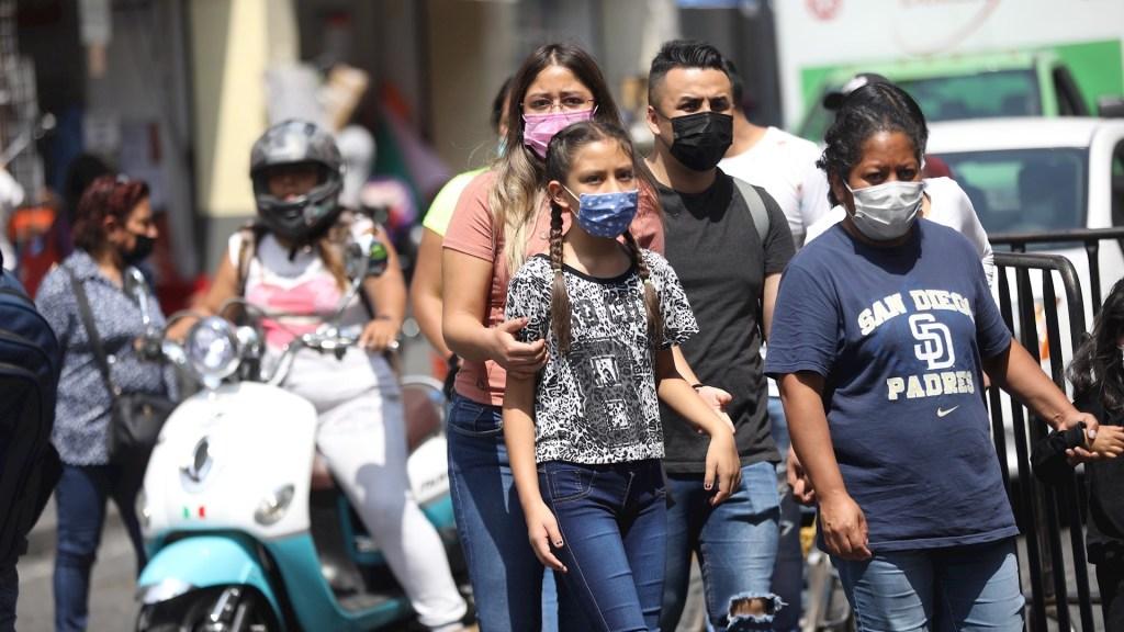 Estos son los nombres más populares en México - Un grupo de personas caminan en las calles de la Ciudad de México. Foto de EFE/ Sáshenka Gutiérrez.