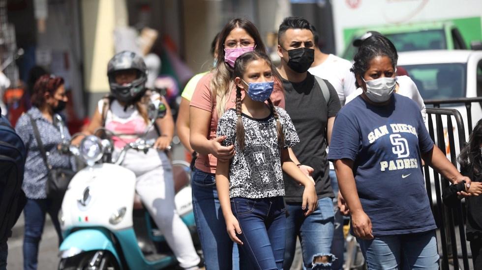 Suman tres estudiantes de Ciudad de México que dan positivo a COVID-19 - Un grupo de personas caminan en las calles de la Ciudad de México. Foto de EFE/ Sáshenka Gutiérrez.