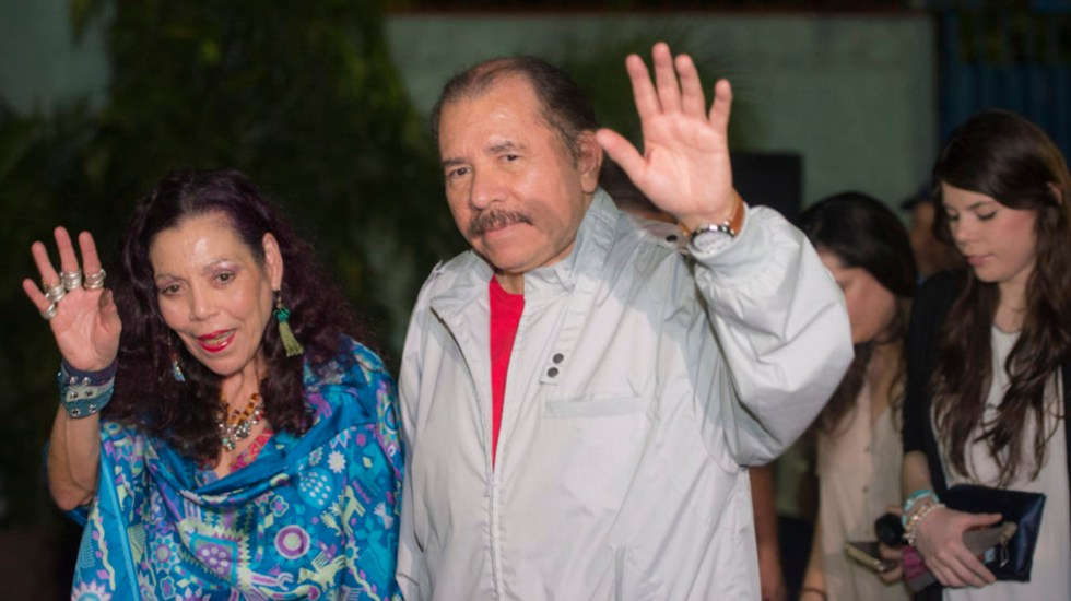 """Hay que ir """"por las malas"""" contra Daniel Ortega si no se garantizan elecciones limpias: Zovatto - El dictador nicaragüense, Daniel Ortega y su esposa, Rosario Murillo. Foto de Archivo / La Prensa Nicaragua."""
