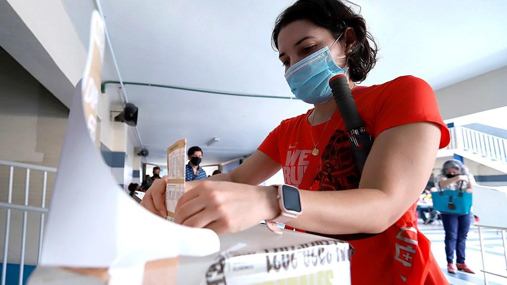 Mujeres rompen récord de triunfo en elección para gobernar estados - Ciudadana acude a votar en Monterrey. Foto de EFE
