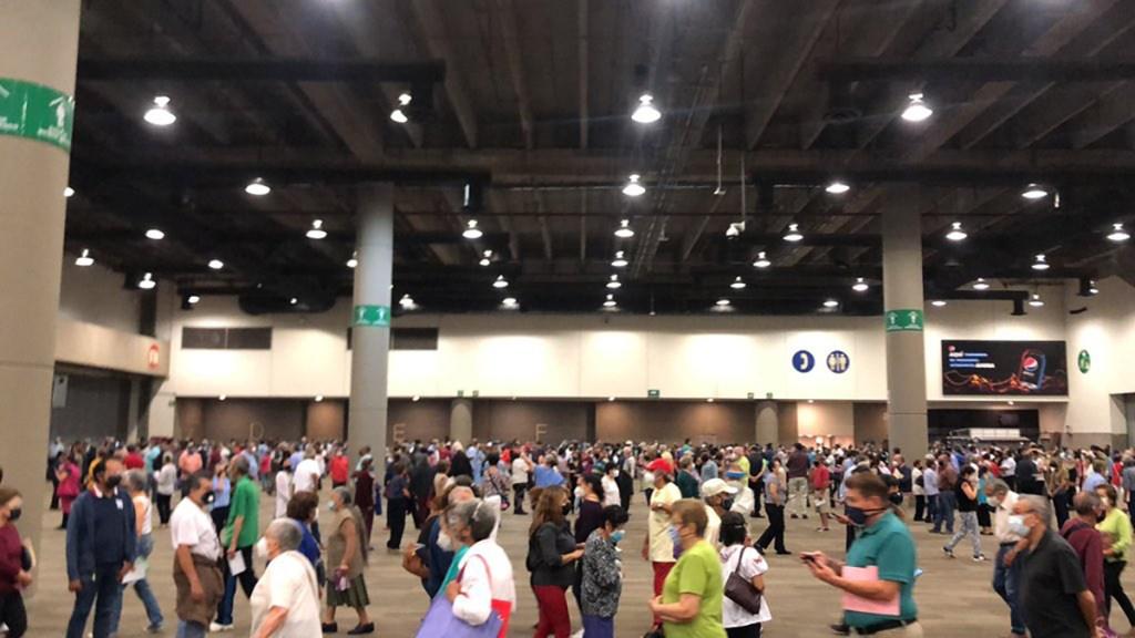 Vacunación en Pepsi Center desata caos y largas filas; Gobierno CDMX habilitaría nuevas sedes - Fila de espera para vacunarse en el Pepsi Center. Foto de @BORREGO60