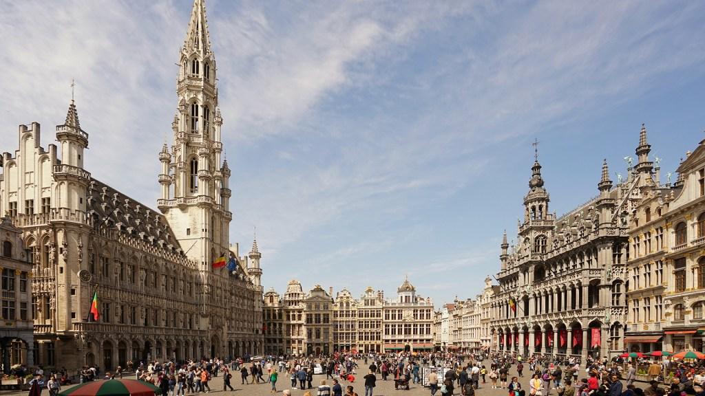 Bruselas iluminará la Grand Place con colores LGTBIQ tras polémica con UEFA - Grand Place de Bruselas. Foto de Tomas Tuma / Unsplash