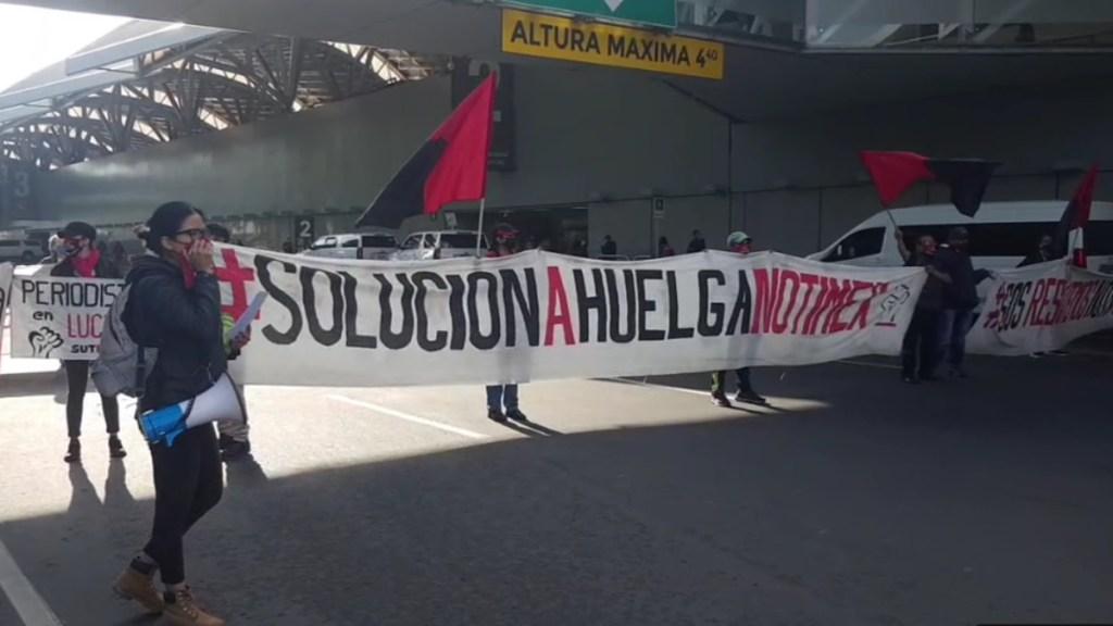 Trabajadores de Notimex bloquean acceso a Terminal 1 del AICM - Manifestación del SUTNotimex afuera del AICM. Captura de pantalla