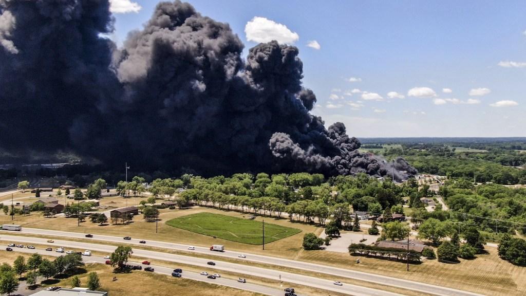 Desalojan a cientos de personas tras explosión en planta industrial en Illinois - Fotografía aérea hecha con dron que muestra humo mientras los bomberos continúan combatiendo un incendio en la planta química Chemtool en Rockton, Illinois (EE.UU.), hoy 14 de junio de 2021. Foto de EFE/Tannen Maury