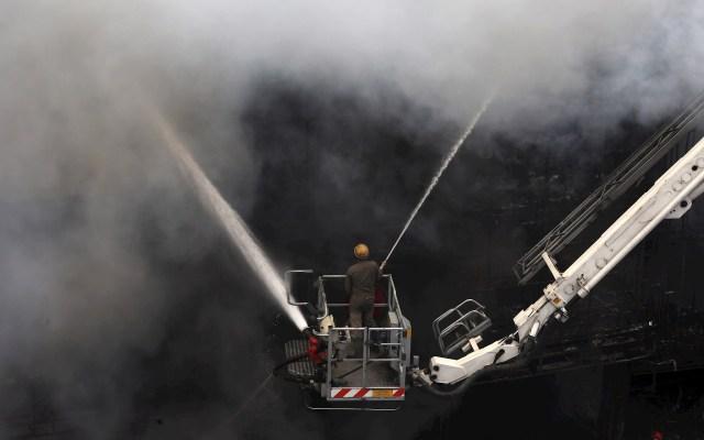 Incendio en Centro Comercial de Nueva Delhi - Los bomberos indios intentan sofocar el fuego que estalló en las salas de exposición del mercado de Lajpat Nagar en Nueva Delhi, India. Alrededor de 30 bomberos acudieron al lugar después de que estallara un gran incendio en las salas de exposición del mercado de Lajpat Nagar. Foto de EFE/EPA/RAJAT GUPTA.