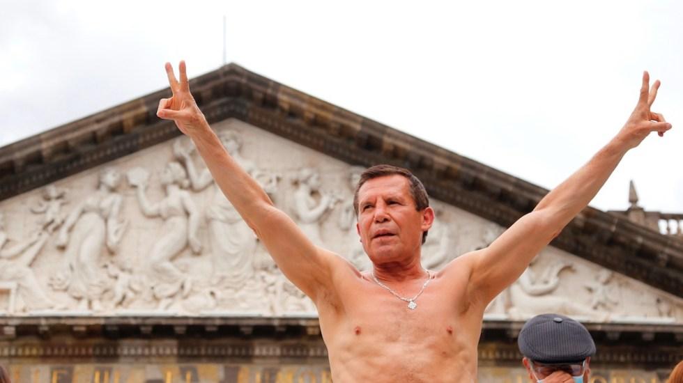 Chávez cumple en la báscula para su pelea de exhibición - Chávez cumple en la báscula para su pelea de exhibición. Foto de EFE
