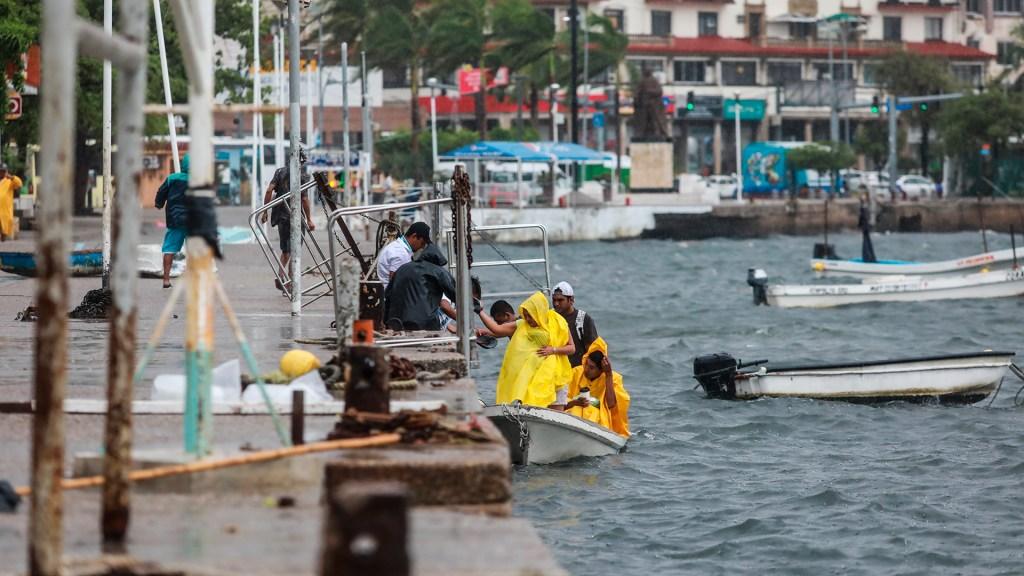 Huracán Enrique dañó 207 casas y causó 28 derrumbes a su paso por Guerrero - Mal clima en Acapulco por el ciclón Enrique. Foto de EFE