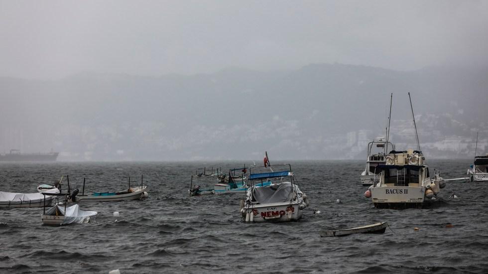 'Enrique' podría convertirse en huracán categoría II este domingo - Mal tiempo en Acapulco, Guerrero, por el ciclón Enrique. Foto de EFE
