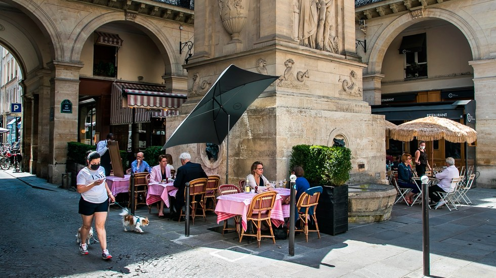 Francia pone fin al cubrebocas obligatorio al aire libre - Mesas al aire libre de restaurante en Francia. Foto de EFE