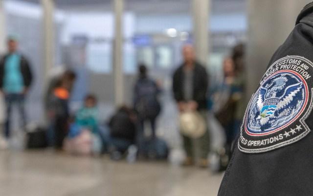 """EE.UU. quiere restablecer """"Permanecer en México"""" a mediados de noviembre - Migrantes detenidos por CBP en frontera con México. Foto de @CBPgov"""