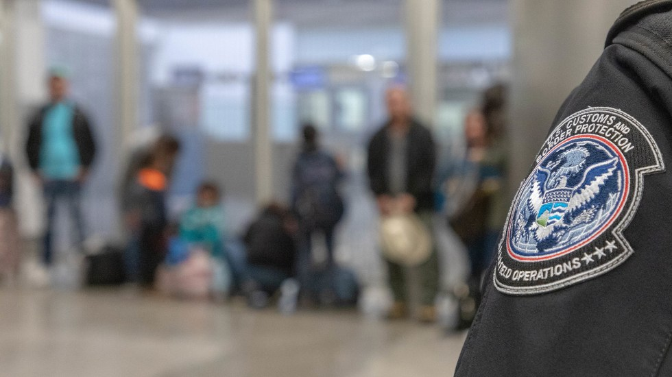 Estados Unidos dicta normas para detención de migrantes con énfasis en criminales - Migrantes detenidos por CBP en frontera con México. Foto de @CBPgov