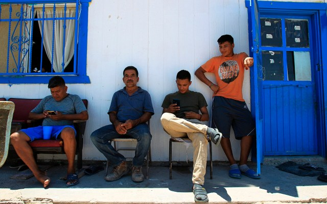 México llega al Día del Refugiado con número histórico de solicitantes de asilo - Migrantes centroamericanos esperando solicitar asilo político en Estados Unidos, en el albergue