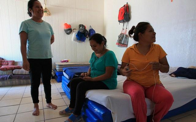 México rompió récord de solicitudes de asilo, con 50 mil - Migrantes centroamericanos esperando solicitar asilo político en Estados Unidos, en el albergue