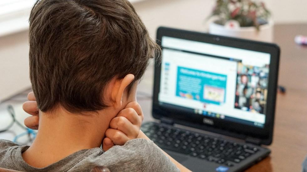 Alumnos no progresan con clases a distancia, concluye estudio - Niño durante clases a distancia por pandemia de COVID-19. Foto de Thomas Park / Unsplash