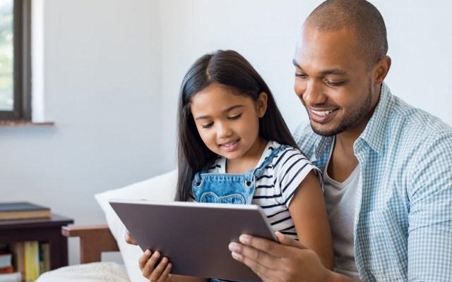 Guía para padres para disfrutar de los videojuegos con los hijos - Padre con su hija disfrutando de juego en tablet. Foto de Kaspersky