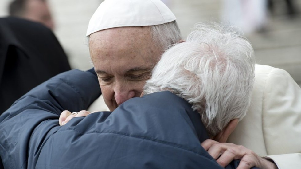 Papa Francisco se solidariza con los ancianos por su 'soledad' durante la pandemia - Papa Francisco abraza a anciano durante audiencia general. Foto de Vatican News / Archivo
