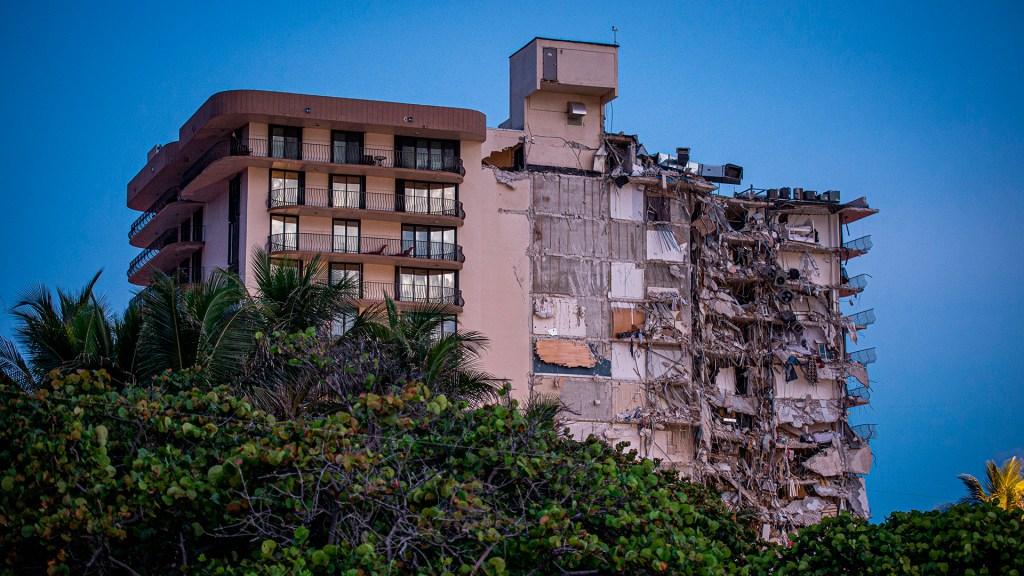 Un muerto y varios desaparecidos en el edificio desplomado en Miami-Dade - Pisos derrumbados en edificio de Miami-Dade. Foto de EFE