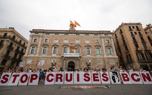 Protesta en Barcelona contra el levantamiento del veto a cruceros - Movilización de organizaciones vecinales y ecologistas en contra del levantamiento del veto a los cruceros, que estaba en vigor desde marzo de 2020 a causa de la pandemia, en Plaza Sant Jaume, en Barcelona este sábado. Foto de EFE/Alejandro García.