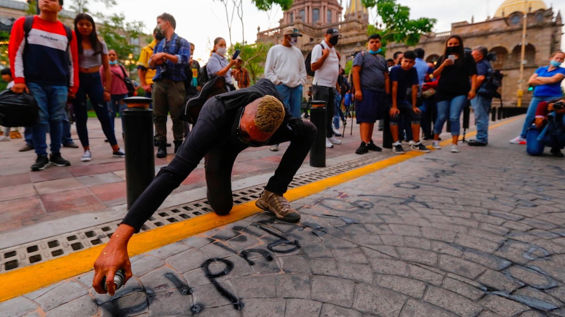 Protestan contra la represión policial por la muerte de un detenido en Jalisco. Foto de EFE