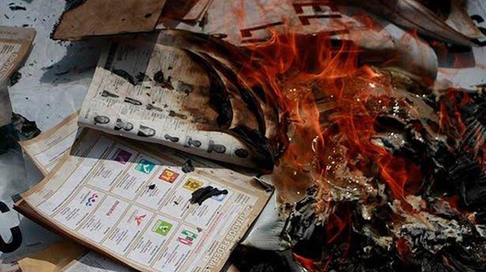 Roban y queman boletas electorales en Oaxaca; hay 13 detenidos - Quema de boletas electorales en Oaxaca. Foto de @jaimeguerrero08