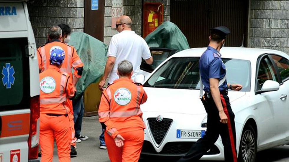 Detienen en Italia a mexicano que mató a su esposa e intentó estrangular a su hijo - Policía de Arese realiza el levantamiento del cuerpo de la mujer víctima. Foto de Corriere della Sera
