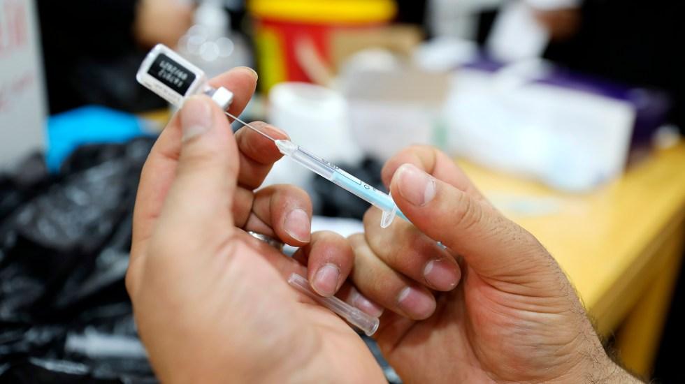 Reino Unido aprueba vacuna de Pfizer para mayores de 12 años - Vacunación contra COVID-19 con Pfizer. Foto de EFE