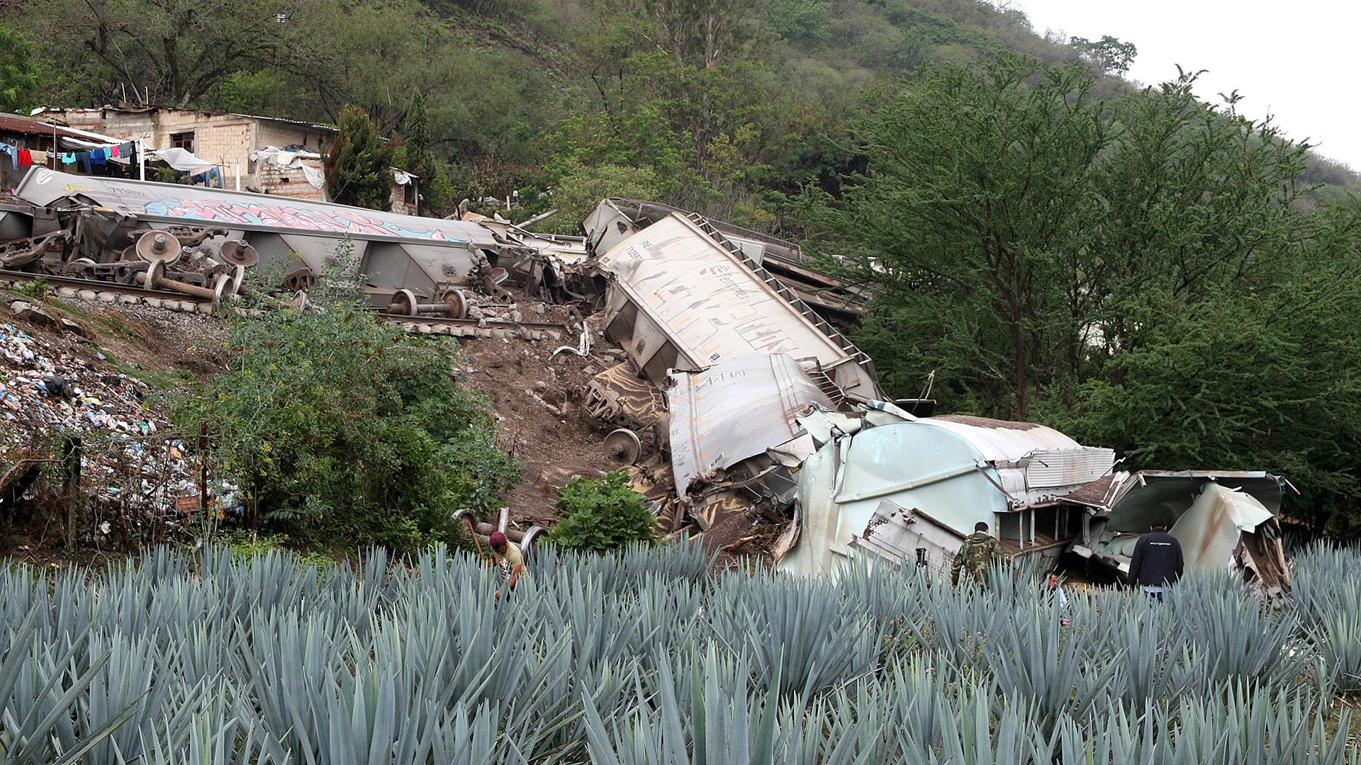 Tren descarrila en Jalisco y golpea casas; hay un muerto y tres heridos