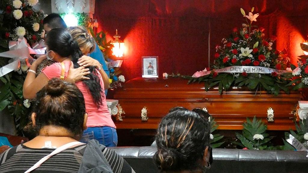 """Papa Francisco reprueba """"injustificable violencia"""" en Reynosa que dejó 15 muertos - Velorio de víctima de masacre en Reynosa, Tamaulipas. Foto de EFE"""