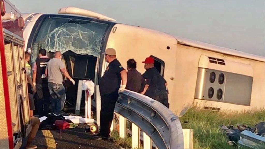Volcadura en la carretera Monterrey-Reynosa deja 12 muertos - Volcadura de autobús sobre la carretera Monterrey-Reynosa. Foto de Info7