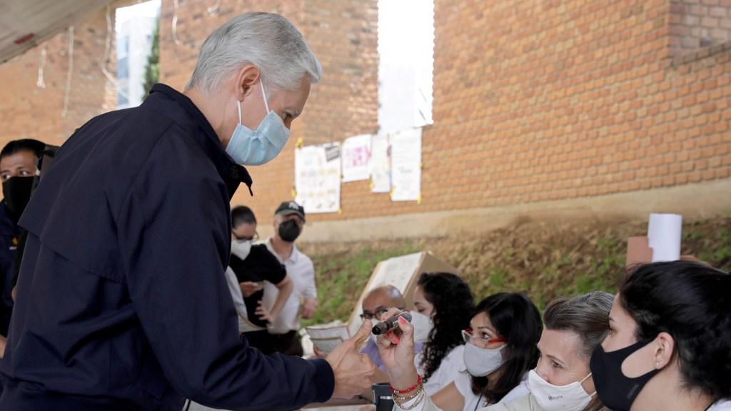 Alfredo del Mazo, gobernador de Edomex, emite su voto - Voto del gobernador de Edomex, Alfredo del Mazo. Foto de GEM