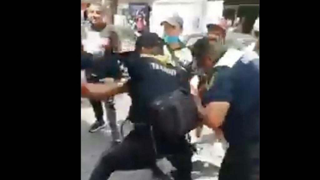 #Video Sujetos golpean a policías de Tránsito en el Centro Histórico - #Video Sujetos golpean a policías de tránsito en el Centro Histórico. Foto tomada de video