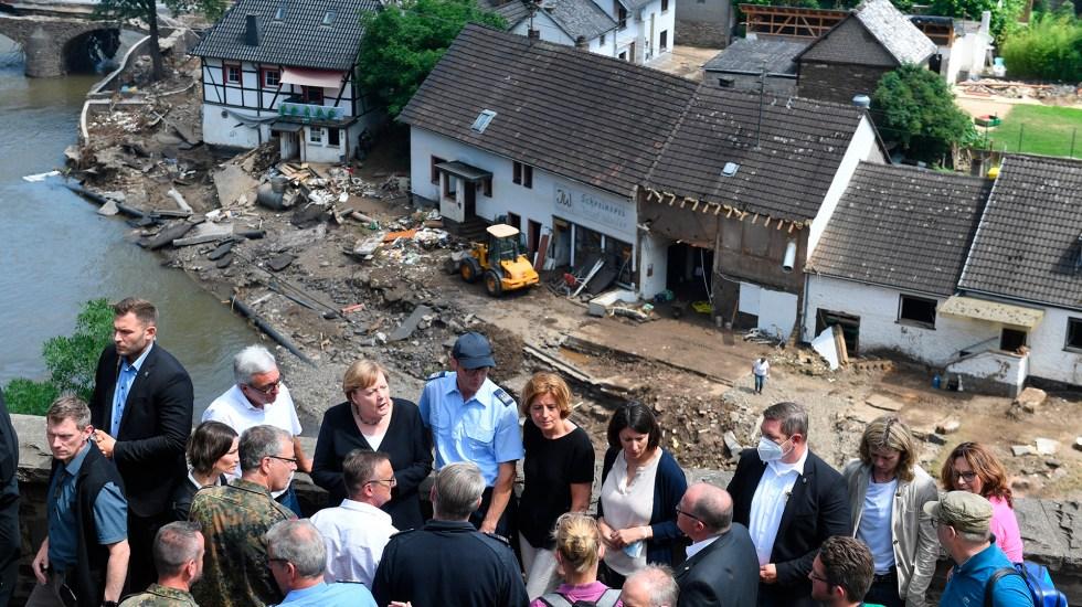 """Merkel promete """"ayuda urgente"""" a damnificados en Alemania por inundaciones - Angela Merkel en recorrido por zonas afectadas de Alemania por inundaciones. Foto de EFE"""