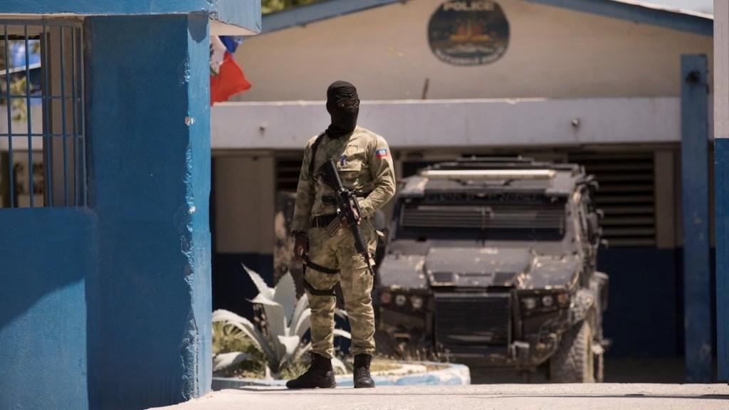 """Estados Unidos, """"muy preocupado"""" por situación en Haití; ofrece ayuda en seguridad - Un policía vigila el destacamento donde se encuentran detenidos los sospechosos de haber asesinado al presidente haitiano Jovenel Moise en Puerto Príncipe. Foto de EFE"""