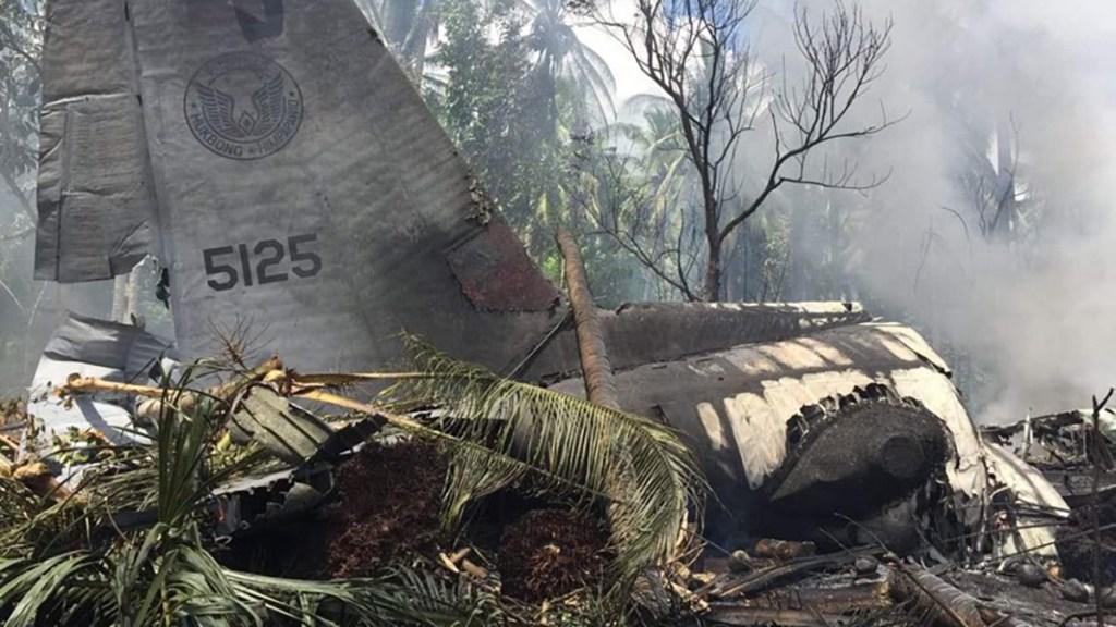 Accidente de avión militar en Filipinas deja más de 30 muertos - Avión militar siniestrado en Filipinas. Foto de Policía Nacional de Filipinas