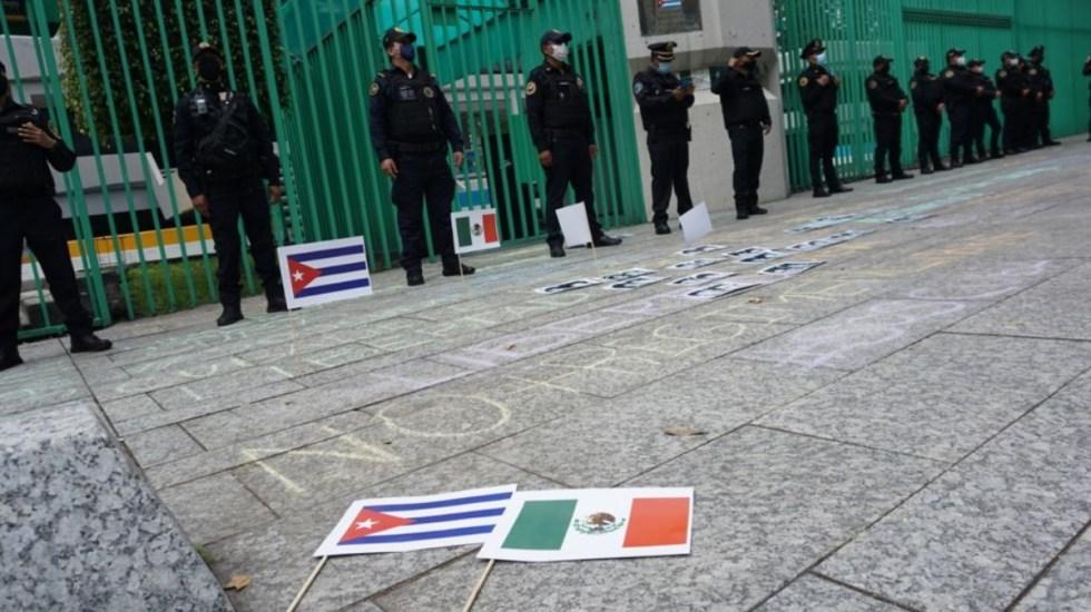 Agreden a titular de la Comisión Mexicana de Derechos Humanos durante protesta en embajada cubana - Cuba protesta México embajada Comisión Mexicana de Derechos Humanos